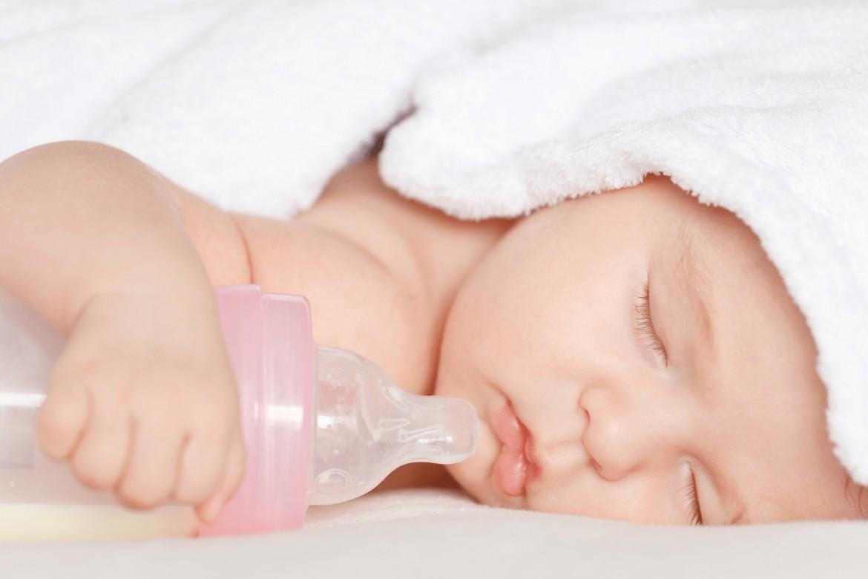 4 bước hướng dẫn cách cho trẻ sơ sinh bú bình