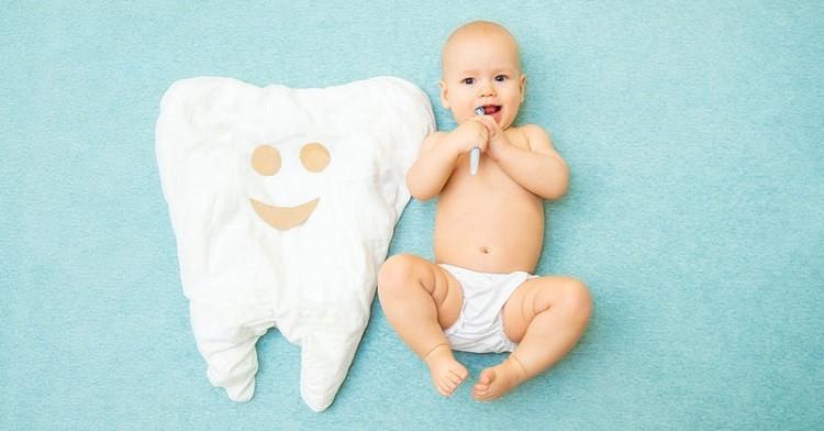 Bé mấy tháng mọc răng? Mọc răng sớm có sao không?