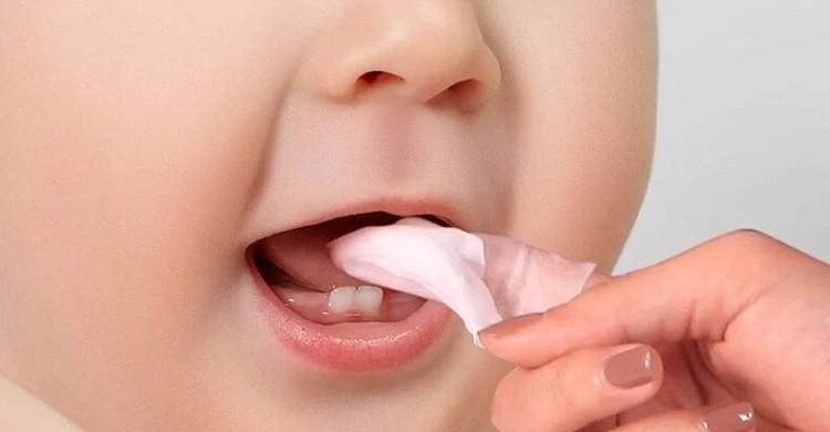 Hướng dẫn rơ lưỡi cho trẻ sơ sinh