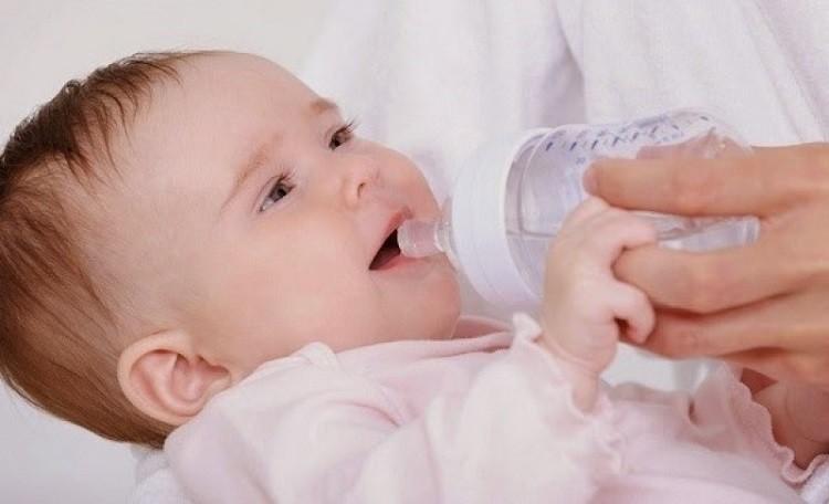 bé bú sữa đầy đủ