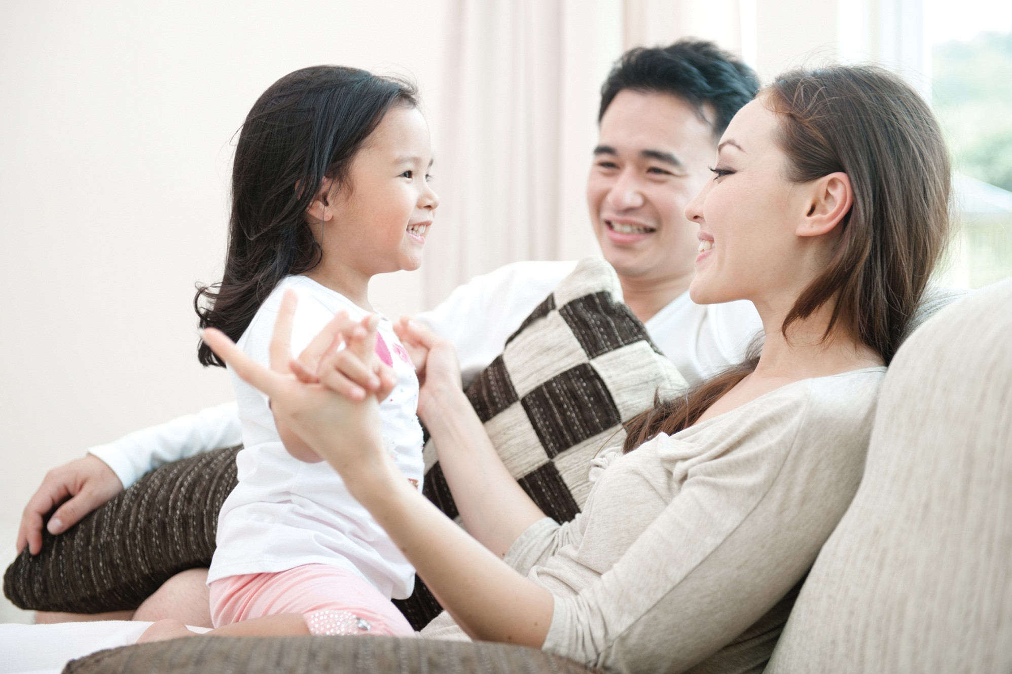 cha mẹ dành thời gian với con