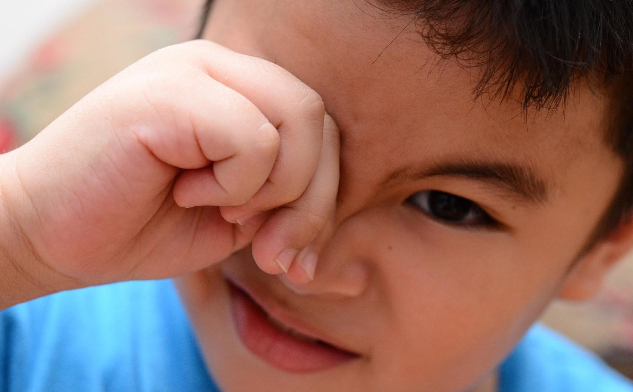 Dạy trẻ cách chạm tay vào mắt của mình