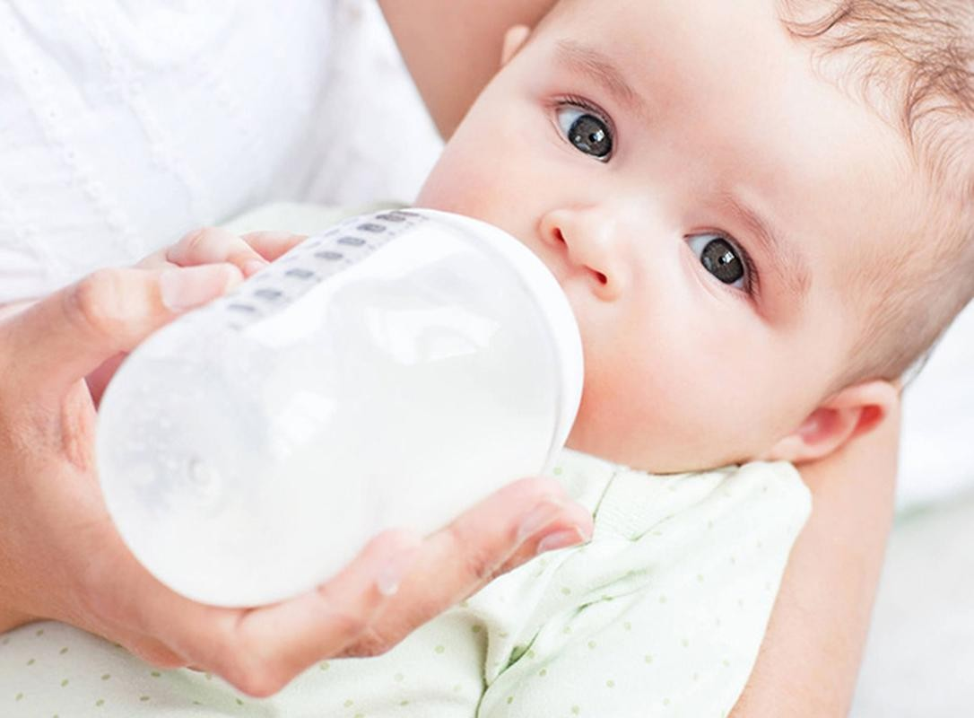 hướng dẫn cách cho trẻ sơ sinh bú bình, hướng dẫn cho bé bú bình đúng cách, hướng dẫn cho trẻ sơ sinh bú bình, hướng dẫn cách cho bé bú bình, hướng dẫn cho trẻ bú bình đúng cách, hướng dẫn cách cho trẻ bú bình, hướng dẫn cho bé tập bú bình, khi nào cho trẻ bú bình, trẻ sơ sinh, bú bình, sữa mẹ