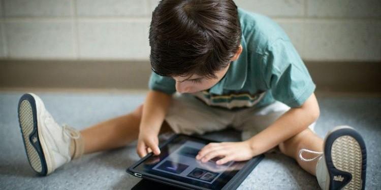 Trẻ em xem điện thoại nhiều bị gì