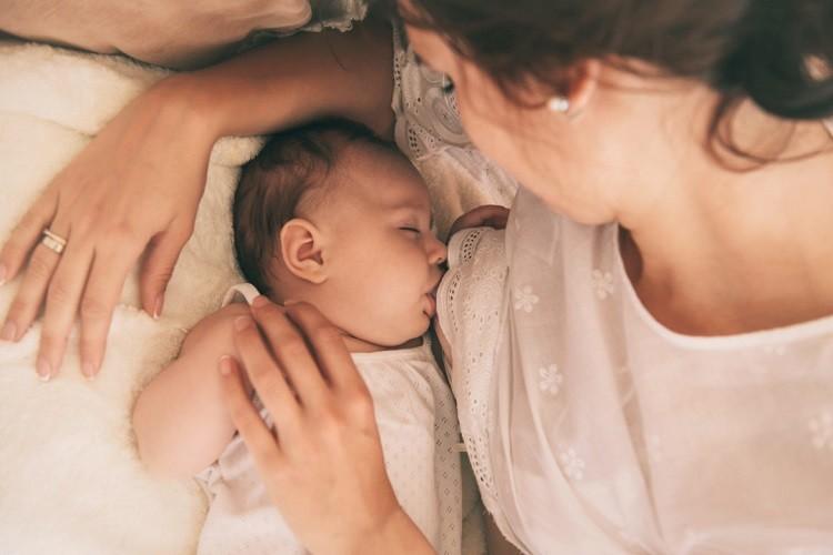 Trẻ sơ sinh bị đi ngoài phải làm sao